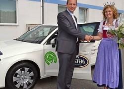 Übergabe des Milchkönigin-Autos durch Goldsteig-Geschäftsführer Andreas Kraus 2013